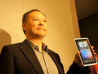 Питер Чоу с первым планшетом HTC