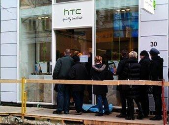 Очередь перед магазином HTC в Дании
