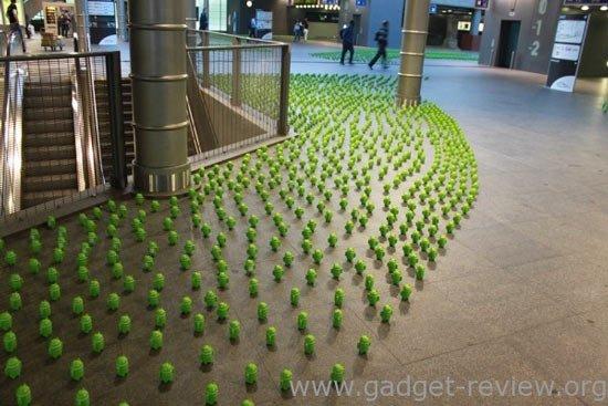 Фигурки Android на вокзале в Антверпене — маркетинговая акция HTC