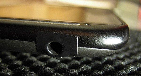 Крепление изоленты в районе разъема для наушников в HTC Sensation