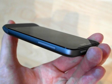 HTC One V сбоку