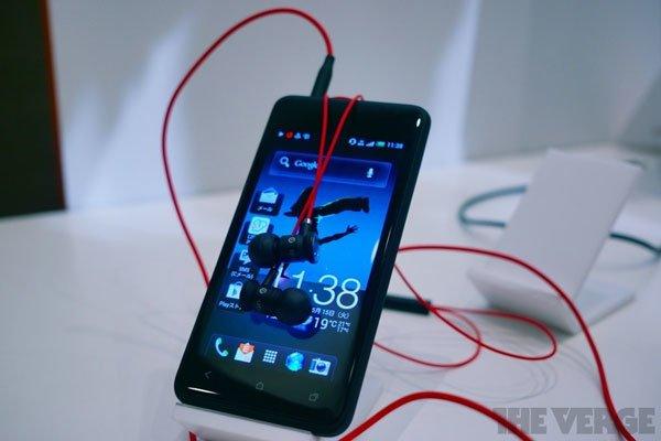 HTC One J спереди с наушниками Beats