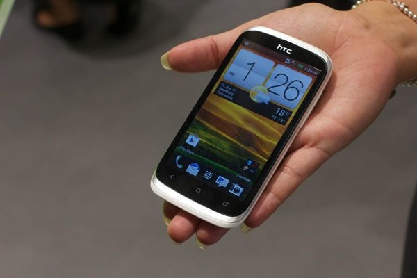 HTC Desire X в руке