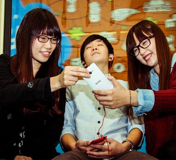 HTC рекламирует смартфон 8X в белом
