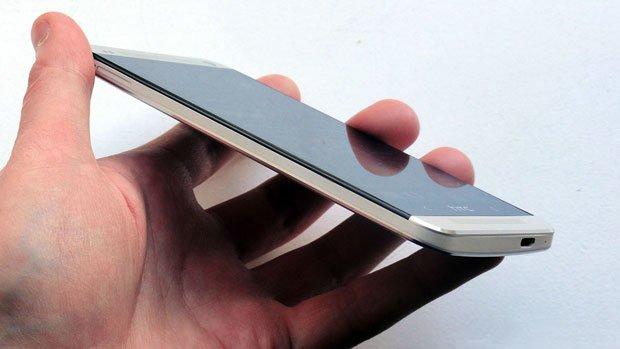HTC One на дневном свету сбоку