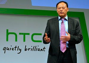 Директор HTC Питер Чоу на фоне логотипа компании