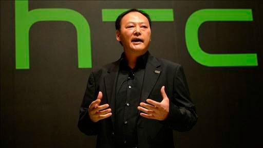 Питер Чоу на фоне логотипа HTC