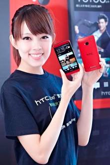 Девушка с HTC One