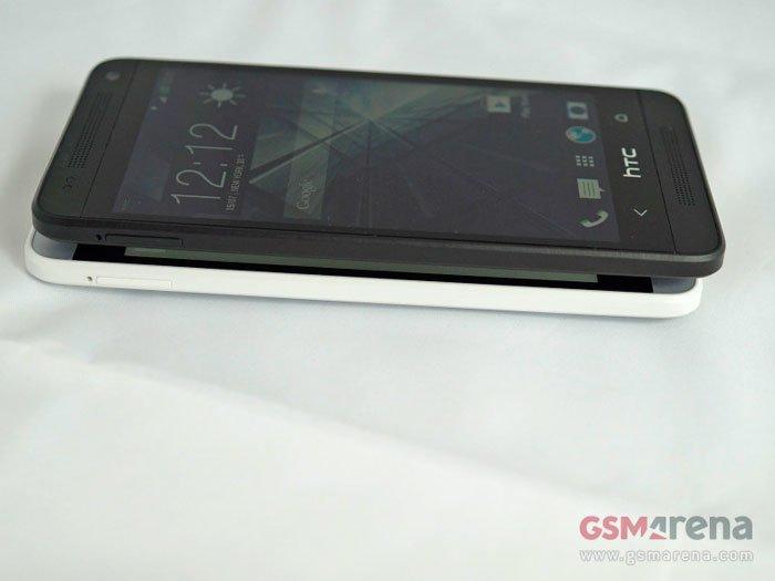 Серебристый и черный HTC One mini