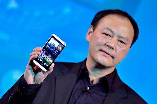 Питер Чоу с телефоном HTC