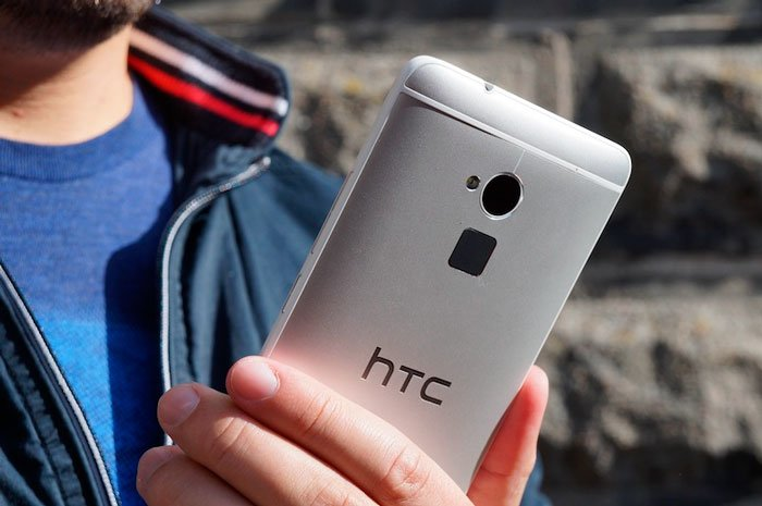 HTC One max в руке
