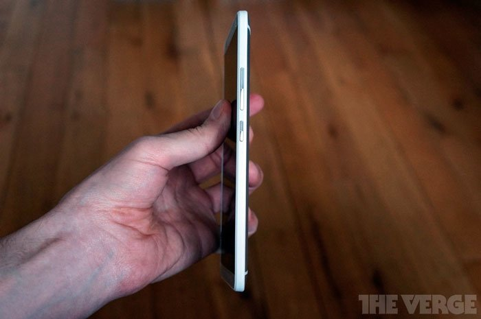 HTC One max сбоку