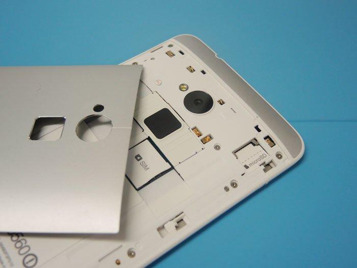 HTC One max со снятой задней панелью: гнезда microSD и micro-SIM
