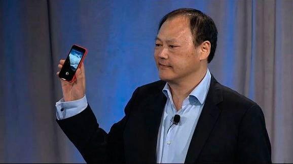 Питер Чоу с провалившимся смартфоном HTC First