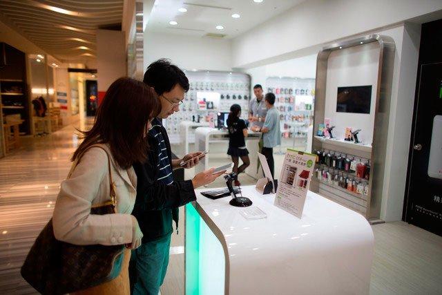 Люди в магазине HTC