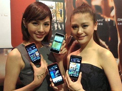 Девушки со смартфонами HTC