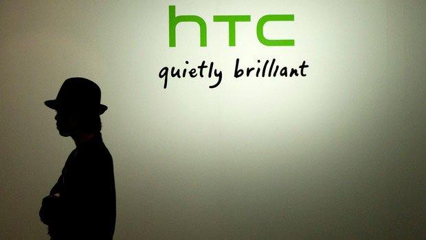 Человек на фоне логотипа HTC