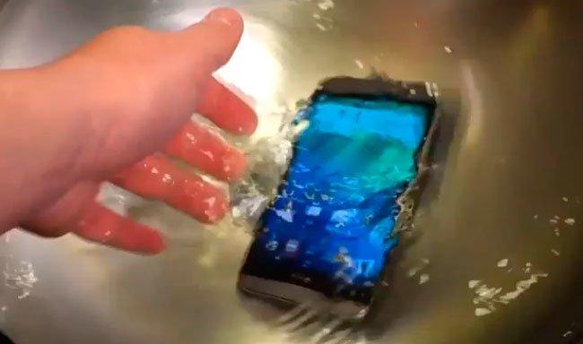 HTC One (M8) падает в воду