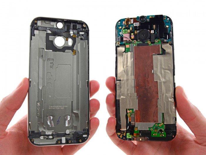HTC One M8 со снятой задней панелью