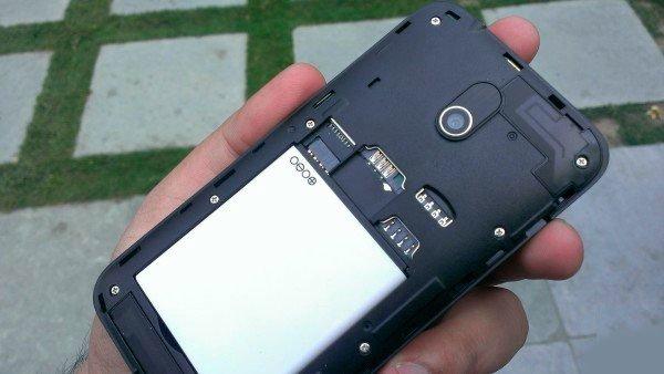 HTC Desire 210 со снятой задней крышкой