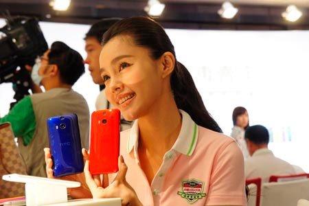 Девушка со смартфонами HTC в Тайване