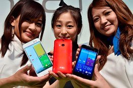 Девушки с телефонами HTC