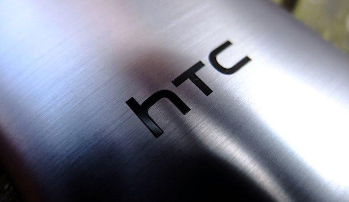Логотип HTC на задней панели смартфона
